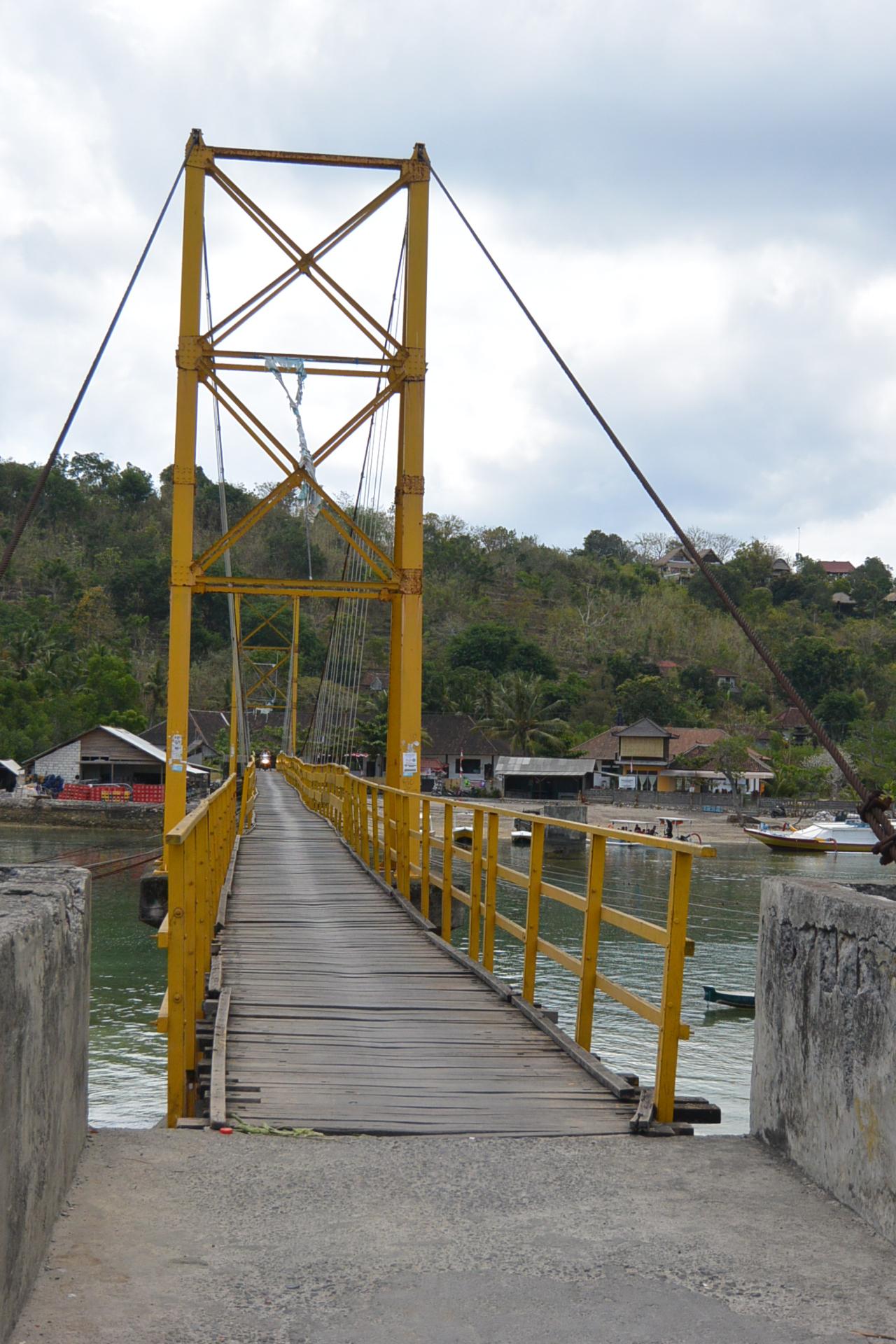 レンボンガン島のサスペンションブリッジ-i