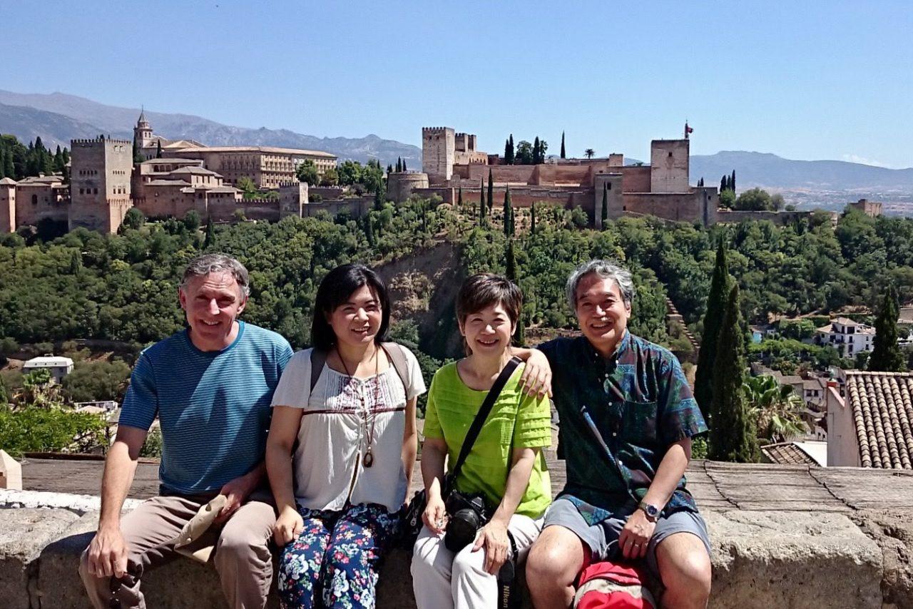 サン・ニコラス展望台からアルハンブラ宮殿を望む