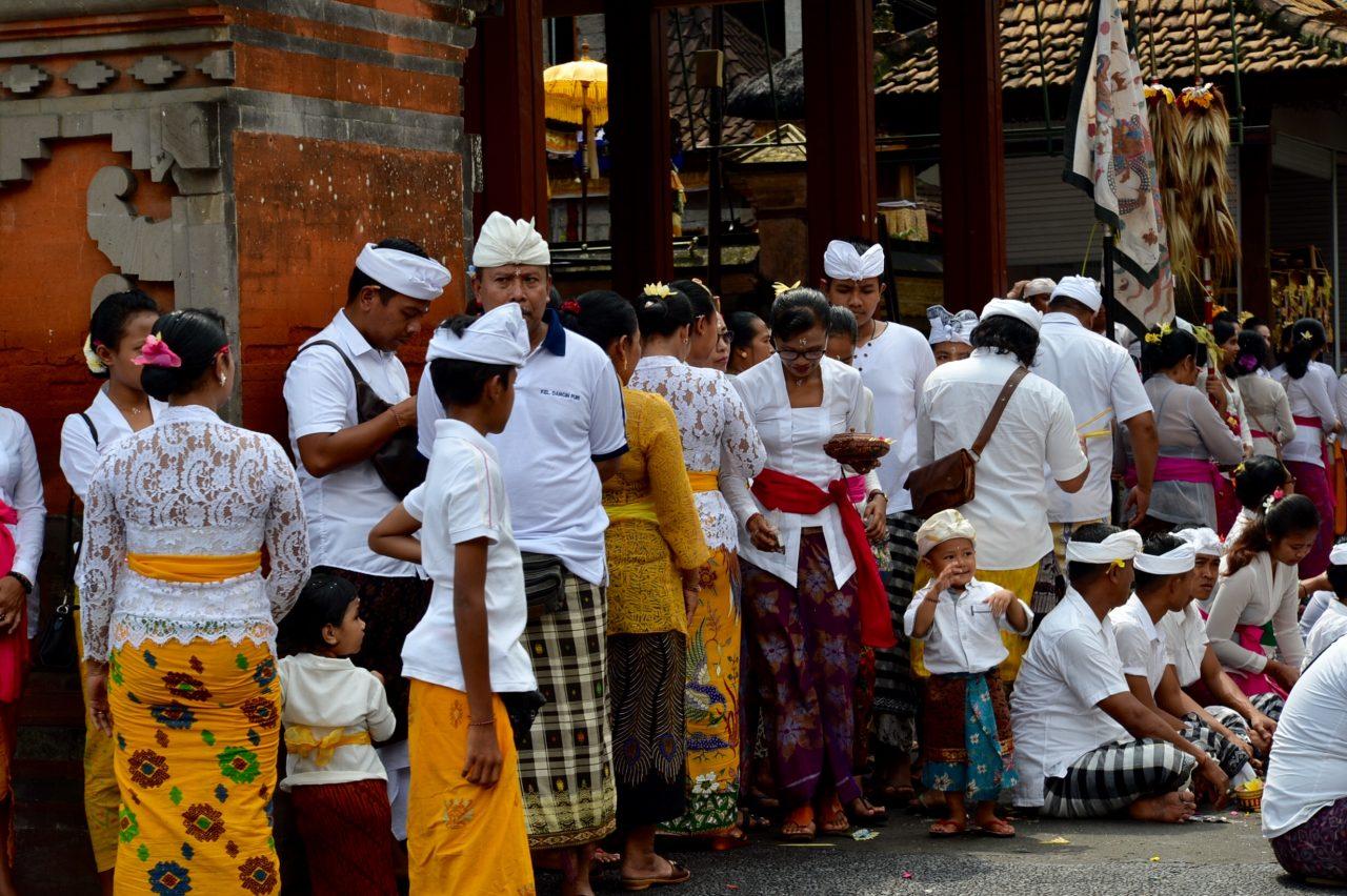 ブラタン湖近くのヒンズー教寺院に集まる人々
