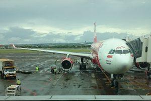 ングラライ空港に到着したエアアジア機エアアジア