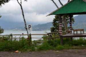 ブヤン湖沿いの道-1
