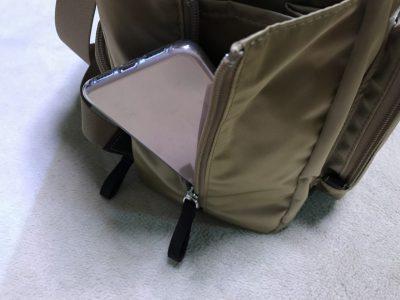 リュックのサイドポケットにスマホを収納-1
