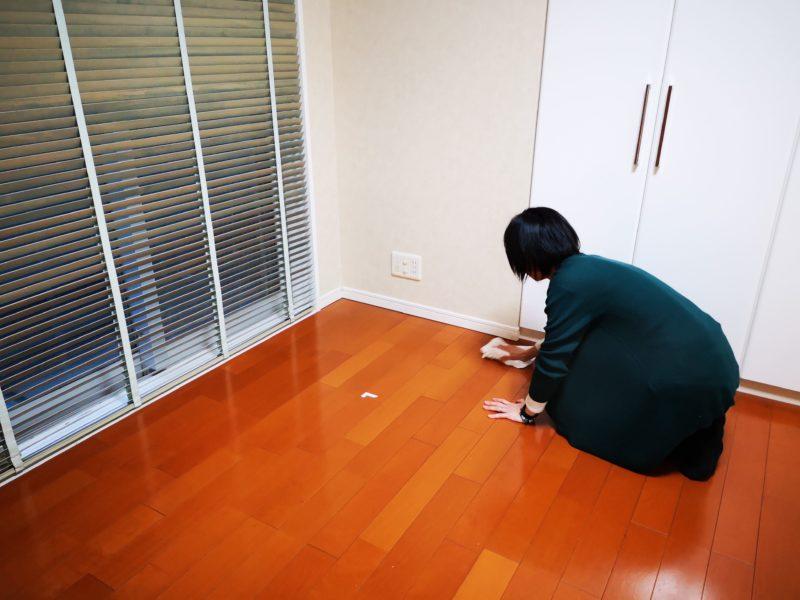 壁紙の貼り替え後清掃中のBさん