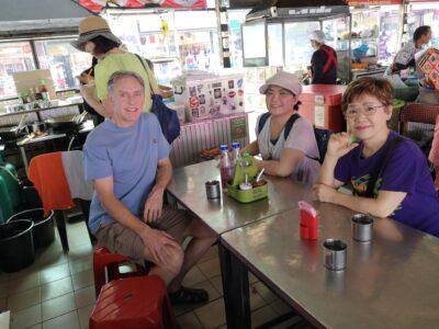 タニン市場内の食堂にて-1